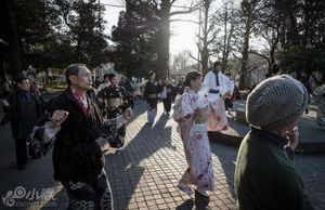 东京上野公园 民众跳传统日本盆舞