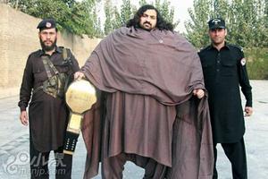 巴基斯坦男子为成大力士 每天进食1万卡路里