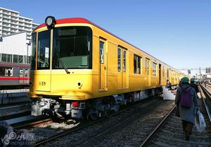 地铁银座线开通90年 重现当年列车装潢