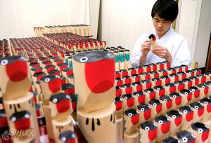 龟户天神社鸴木雕制作渐入佳境 受考生欢迎