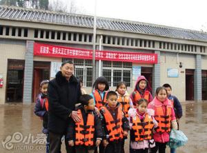 老师划船10年 每天花两小时接送孩子上学