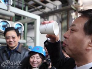 钢铁厂处理过的污水 环保局长一口喝下