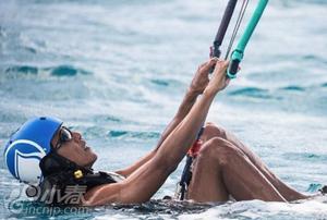 奥巴马度假挑战极限运动 玩冲浪跌落水中