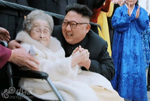 金正恩视察革命博物馆 拥抱98岁抗日女战士