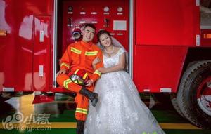 妻子等消防员丈夫3年才拍结婚照