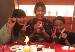 日体坛三女神同吃烤鸭