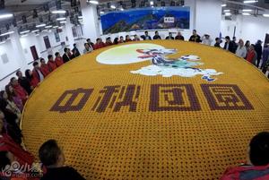 """8150枚彩色月饼打造巨无霸""""嫦娥奔月"""""""