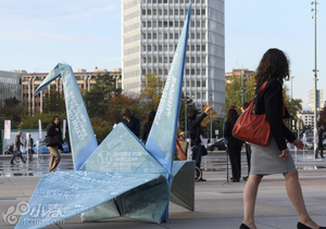 欧盟总部外现超大千纸鹤