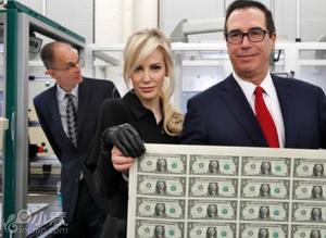 美财长和娇妻与新印钞票合影