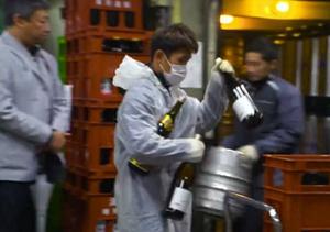 击败邹市明的日本拳手做临时工搬酒