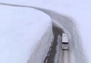 雪谷开山迎客 17米高雪墙让游人叹为观止