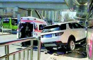 北京一辆越野车冲上公交站台