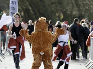 另类慈善!众多圣诞老人跑步穿过伦敦公园