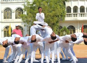"""迎国际残疾人日 印度残疾儿童""""叠""""金字塔技艺惊人"""