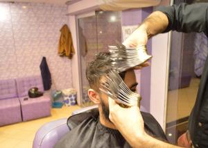 巴基斯理发师 同时用27把剪刀工作