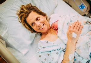 美国61岁妇人为同性恋儿子代孕