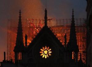 法国巴黎圣母院突发大火 标志性尖塔倒塌