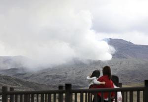 熊本县阿苏山火山喷发 游客远眺浓烟四散