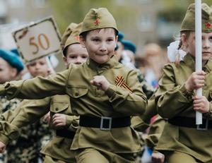俄罗斯萌娃穿军装游行