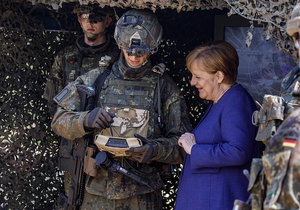 德国总理默克尔视察驻德北约快速反应部队
