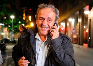 普拉蒂尼携律师深夜离开警局
