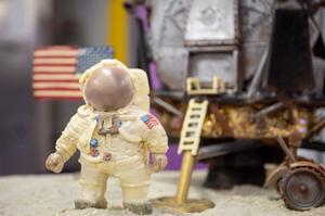 英国巧克力工厂用巧克力重现人类登月瞬间