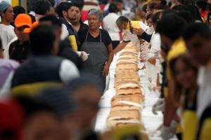 墨西哥现72米长三明治 挑战世界最大三明治纪录