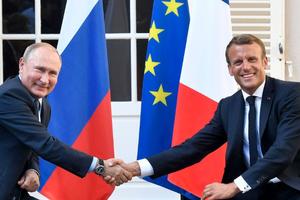 法国总统马克龙在布雷冈松堡会见普京