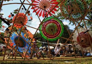 印尼日惹举行雨伞节 让人目不暇接