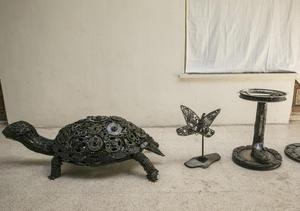 土耳其父女用废弃零件打造趣味动物