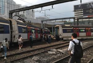 港铁红磡站一列车脱轨
