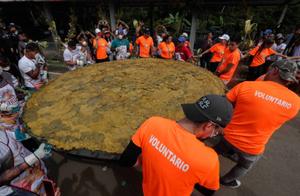 巴拿马土著人做了个超大香蕉饼