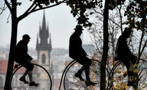 捷克民众参加高轮自行车聚会