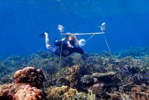 科学家在水下安装扬声器