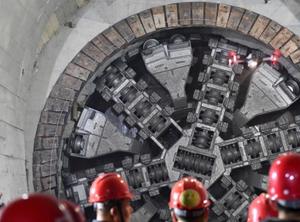 穿越海底距离最长地铁隧道贯通