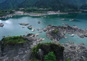 小南海水位下降 大量地震滚石冒出