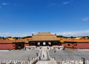北京迎来酷暑暴晒天气 游客打卡热情不减