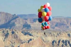 魔术师抓52个气球升至7500米