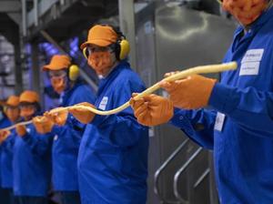 英国一群工厂技术员制作最长膨化玉米条