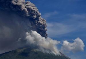 印尼东部伊里莱沃托洛科火山喷发 烟柱冲天