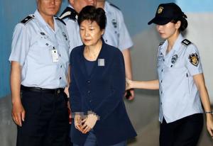朴槿惠累计获刑22年 最晚87岁出狱