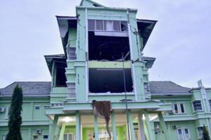 印尼强震大量民房倒塌 致千人流离失所