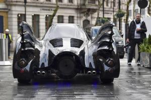 """英国电台主持人28岁生日得到一辆""""蝙蝠车"""""""