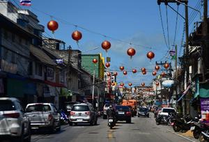 泰国街头挂起灯笼 春节气息浓郁