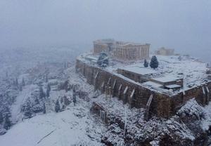 雅典现罕见大雪天气 卫城变冰封古堡