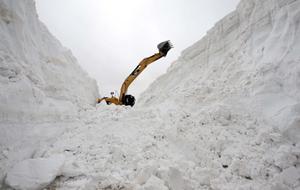 土耳其村庄交通受阻 积雪深达15米