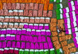 孟加拉村民足球场晾晒棉布