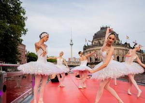 德国舞蹈演员船上跳芭蕾游览市中心