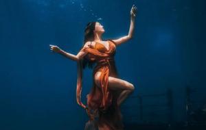 看看三亚海底的水下模特摄影