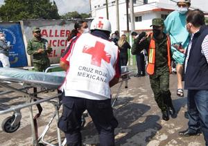 墨西哥一医院因洪水停电致